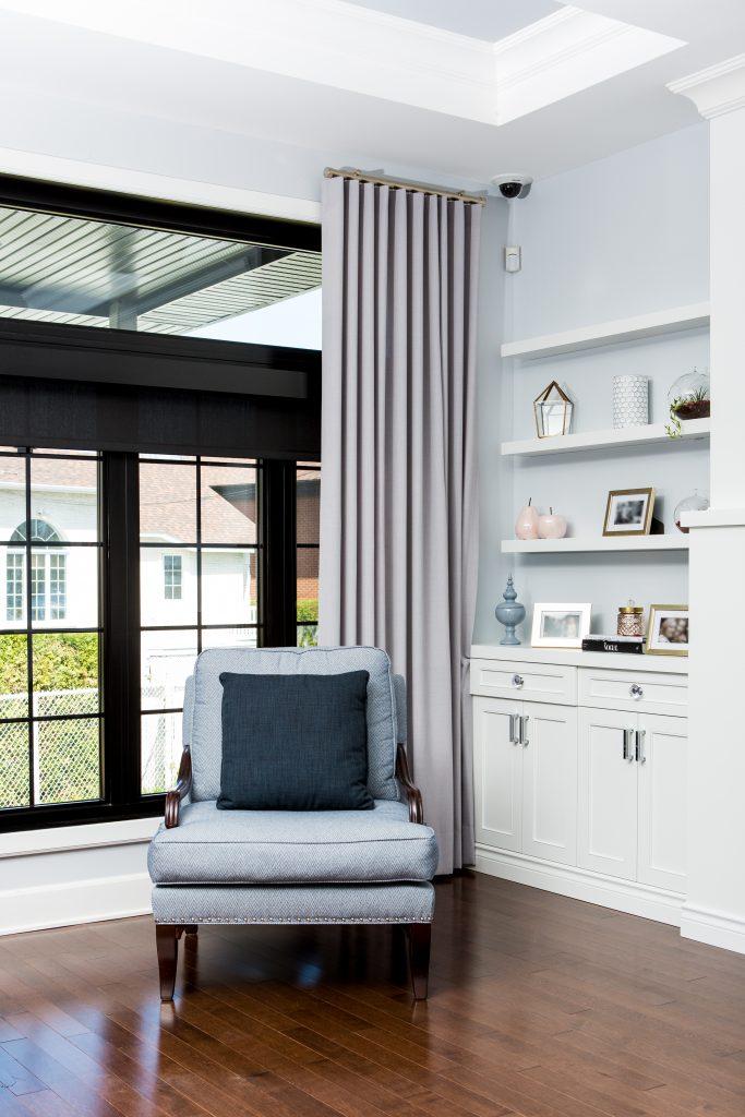 salon avec bibliotheque integree et fauteuil